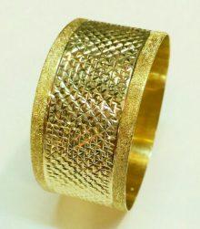 צמיד זהב רחב עם חריטת איקסים כוכבים וקישוטי נצנץ בצדדים (2545)