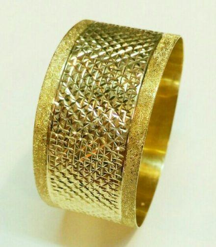 צמיד זהב רחב עם חריטת איקסים כוכבים וקישוטי נצנץ בצדדים